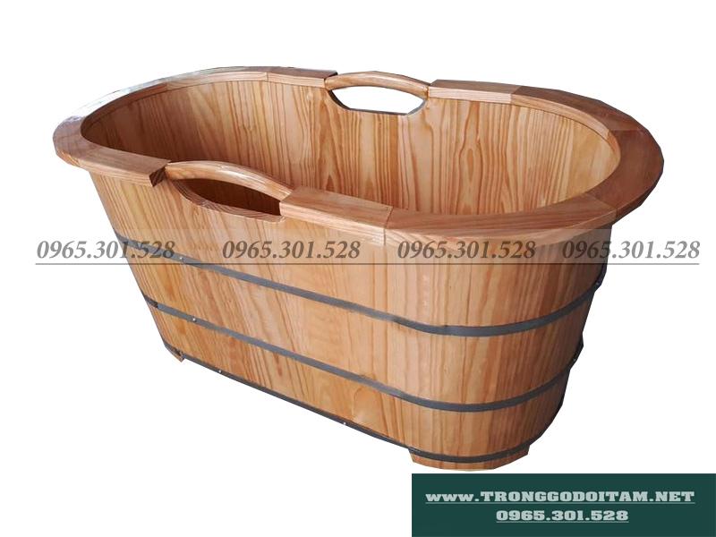 bồn tắm gỗ thông nhật có tay nắm