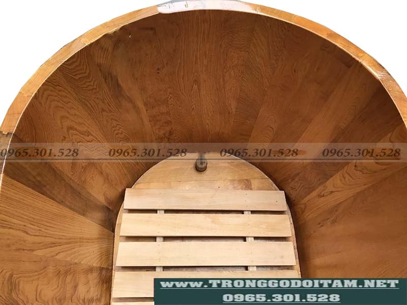 bồn tắm gỗ có ghế ngồi bên trong