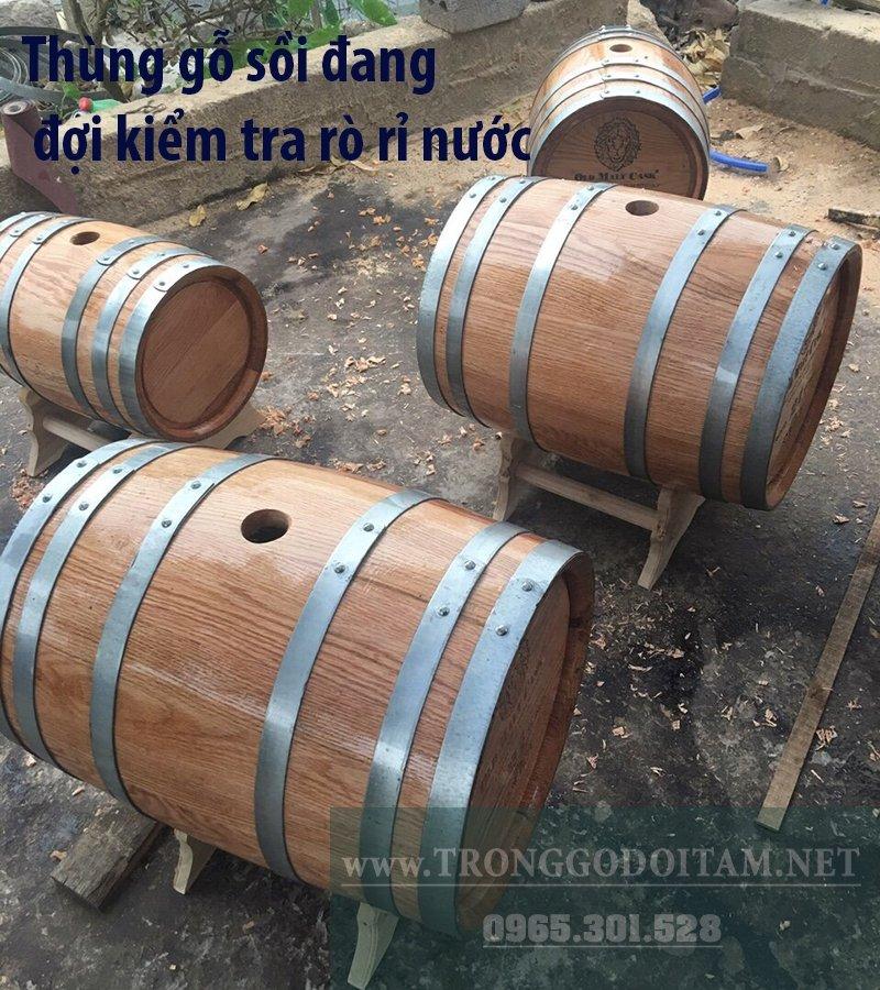thùng gỗ ngâm rượu đang được kiểm tra chống rò rỉ