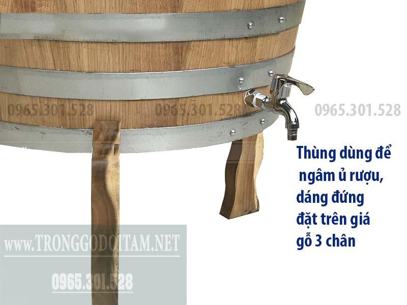 Thùng dùng để ngâm ủ rượu, dáng đứng đặt trên giá gỗ 3 chân