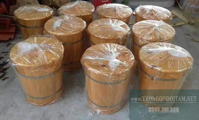 đóng gói kỹ càng trước khi giao thùng gỗ đựng gạo cho khách